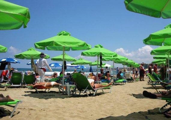 Aurinkorantaa Rethymnonissa - 2 laveria ja aurinkovarjo 9 euroa
