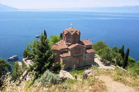 Sveti Jovan Kaneon kirkko niemellä järven rannalla