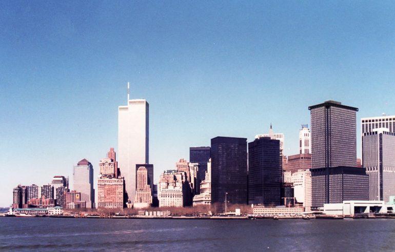 World Trade Center osana New Yorkin siluettia keväällä 1986