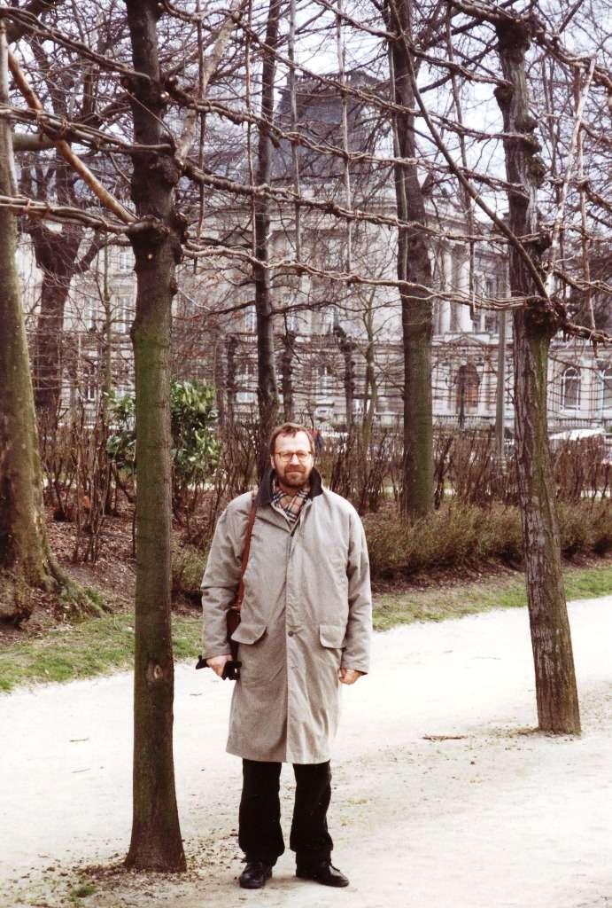 Lasse ja punotut puut Brysselissä kuninkaanlinnan edessä