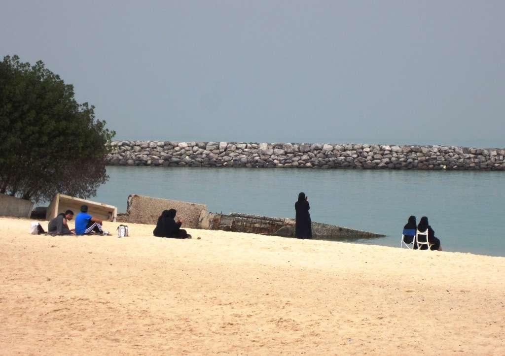 Paikallisia rannalla sunnuntaina