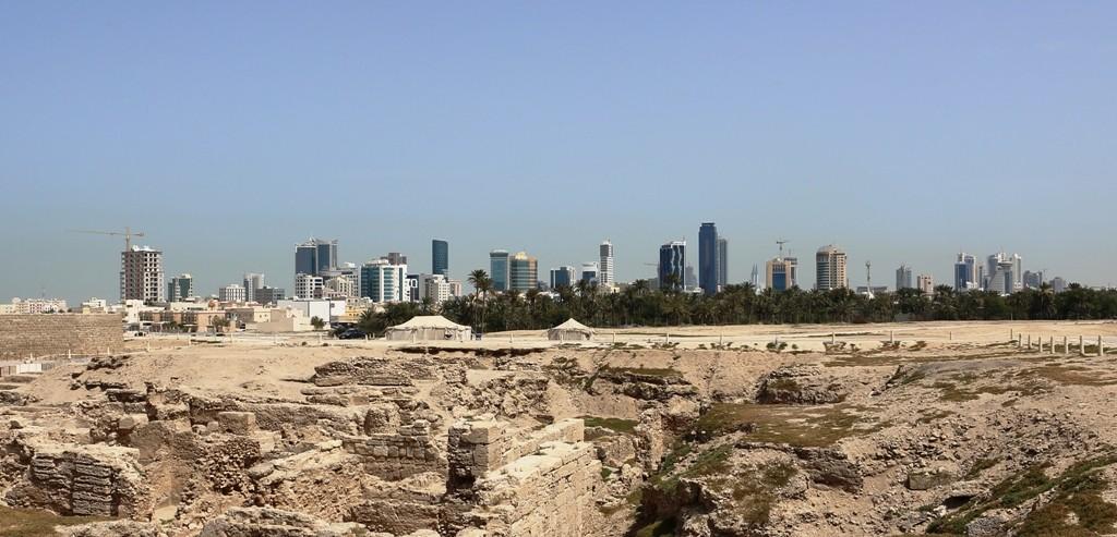 Kliseisesti: vanhaa ja uutta Bahrainia, linnoitus, telttoja ja pilvenpiirtäjiä