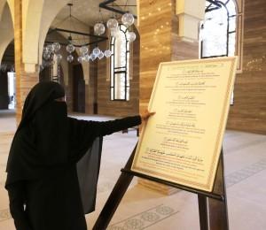 Oppaamme moskeijassa selittämässä islamin tärkeintä rukousta