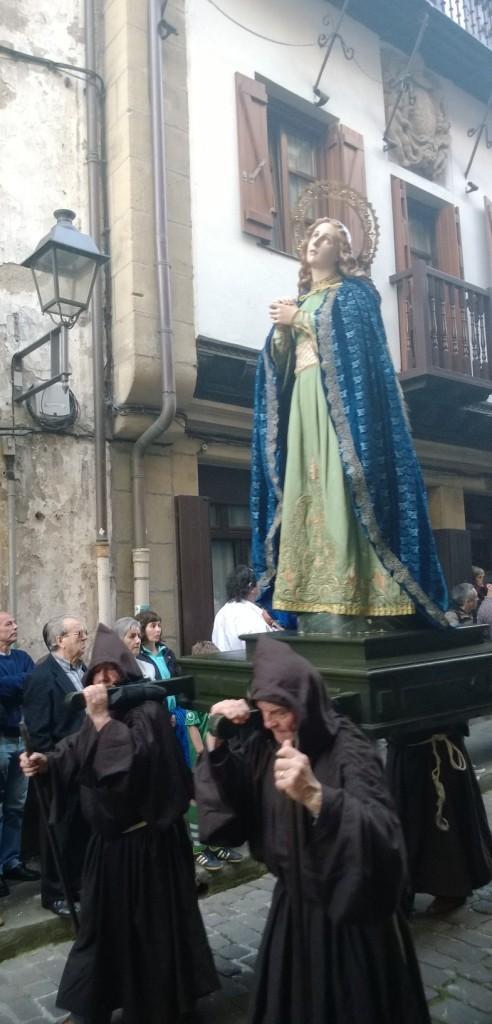 Pääsiäiskulkuetta Hondarribian vanhassakaupungissa