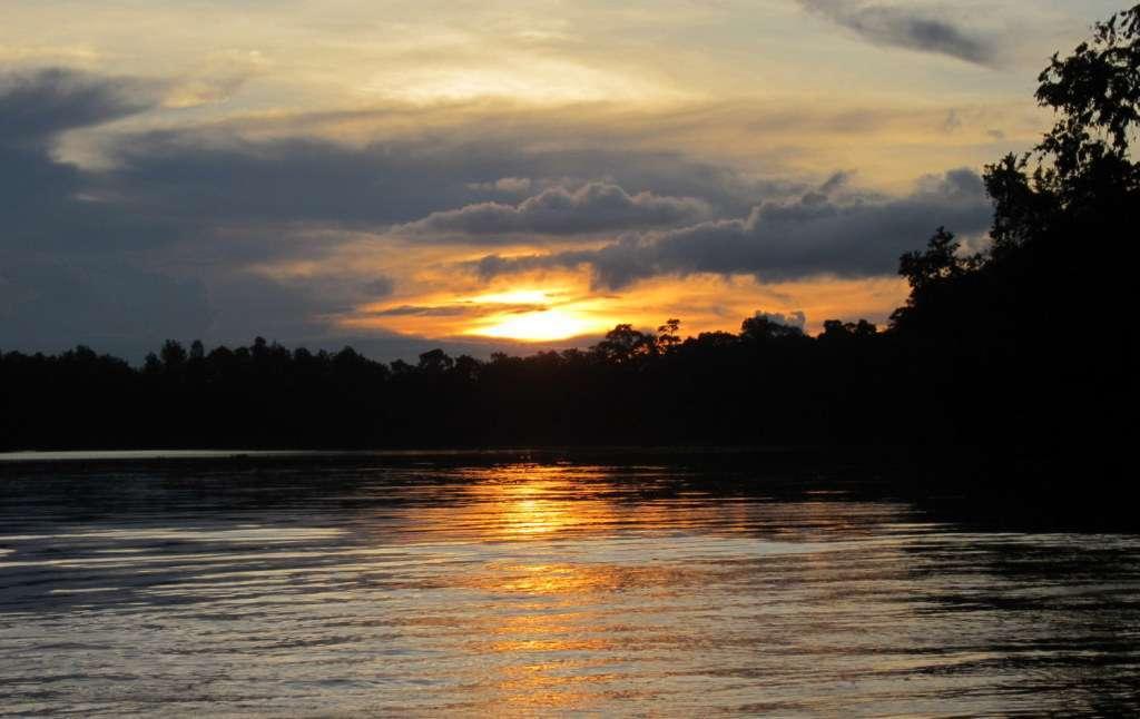 Auringonlasku Kinabatang-joella, Borneo, Malesia