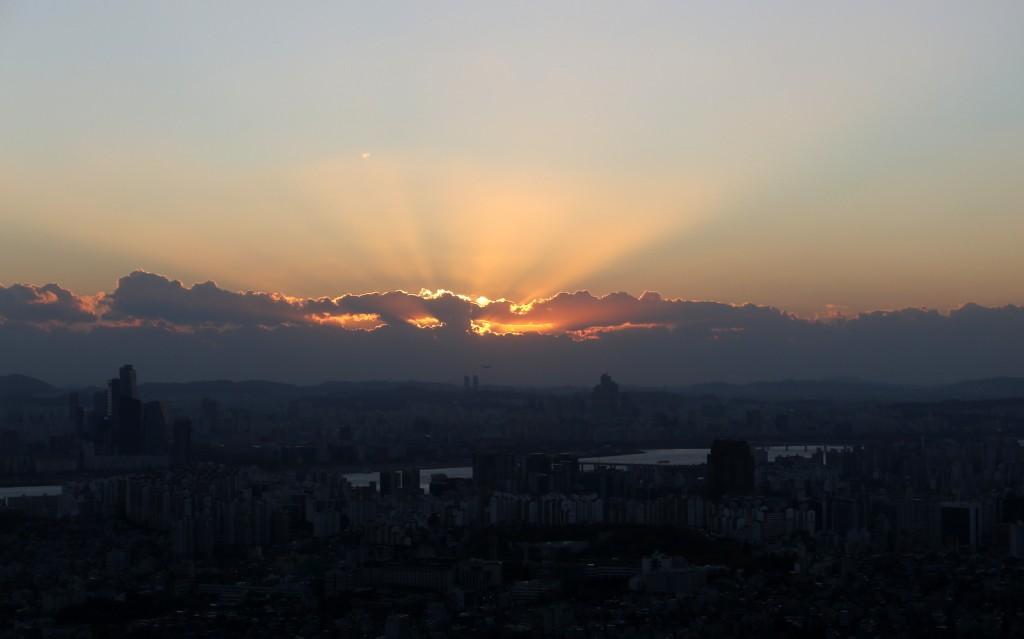 Auringonlasku Soul Towerin juurelta Etelä-Koreassa