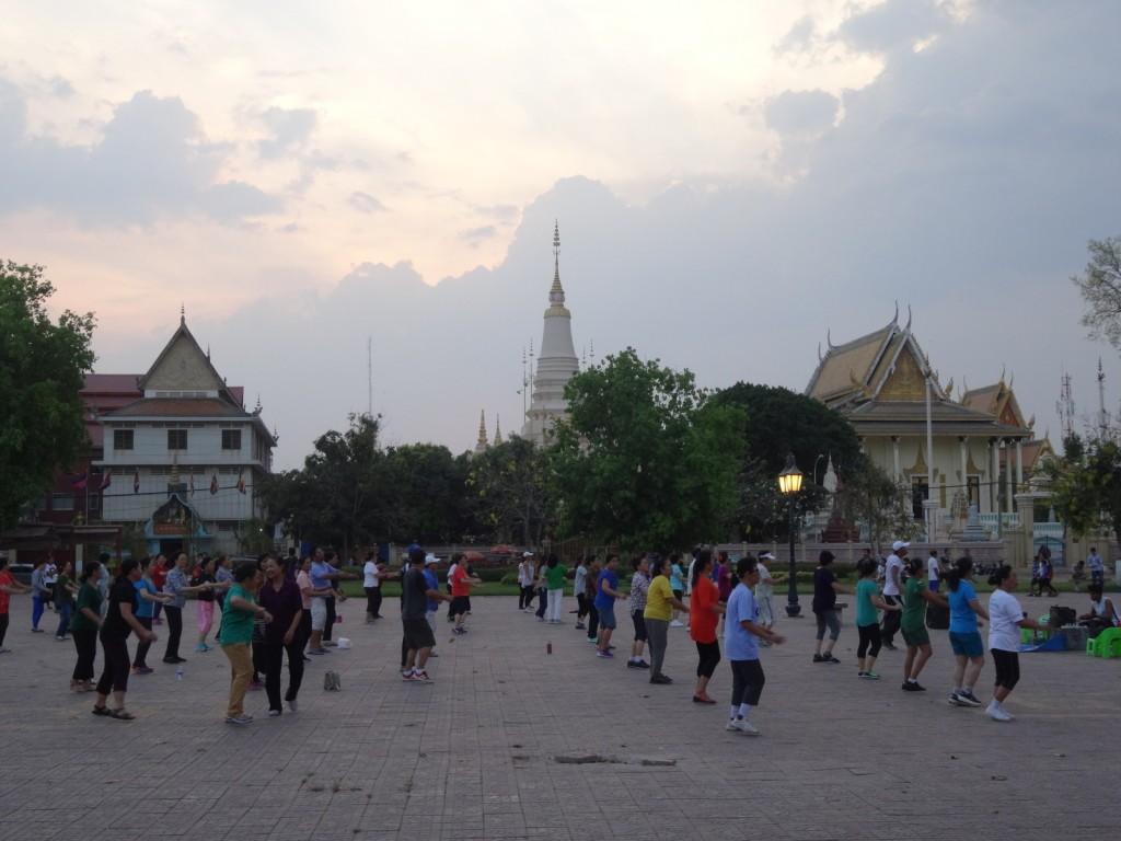 Iltajumppaajia Phnom Penhissä