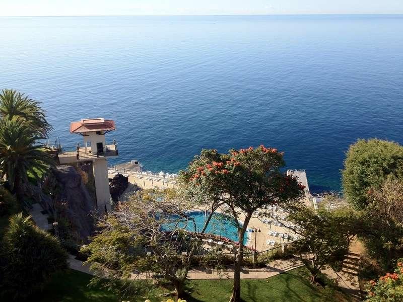 The Cliff Bay Näkymä parvekkeeltamme uima-altaille ja merelle