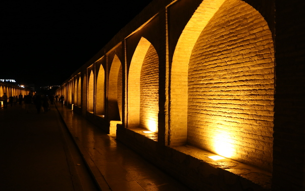 Isfahan iltavalaistu silta