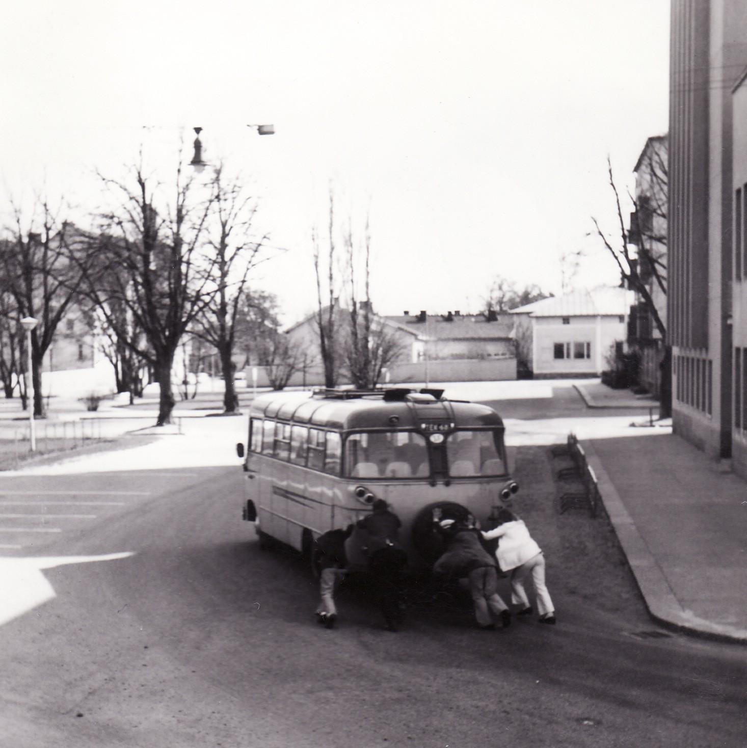 Bussiretkellä Hangossa 1971