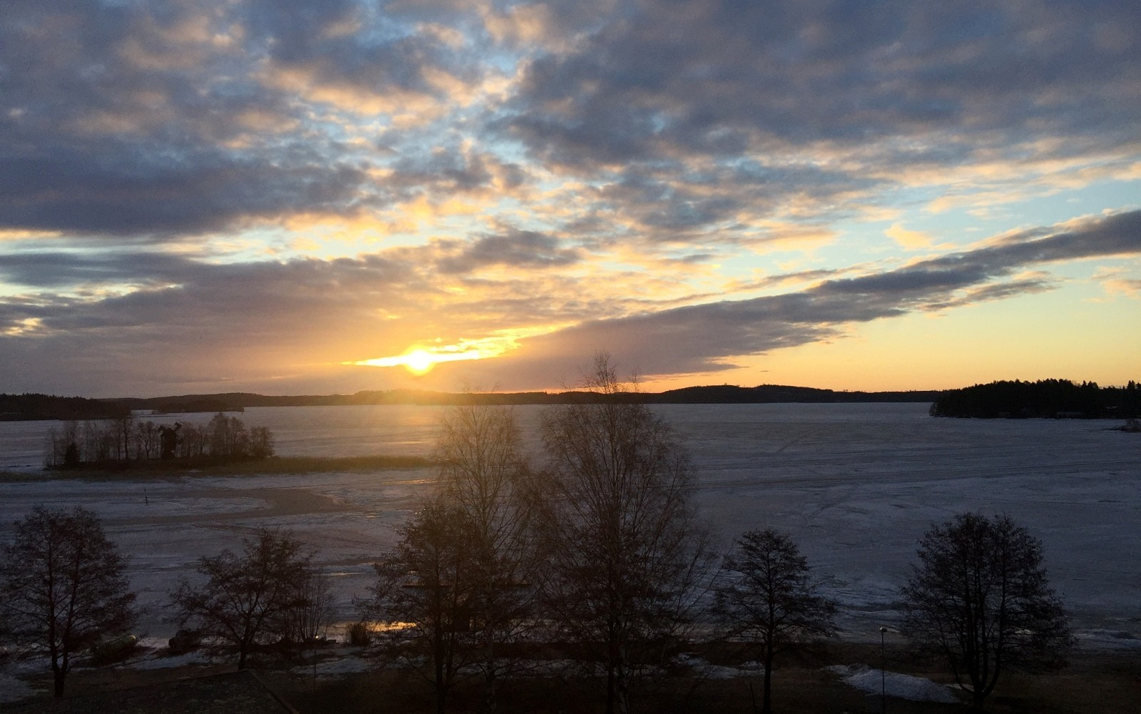 Aurinko nousee Kallavedellä