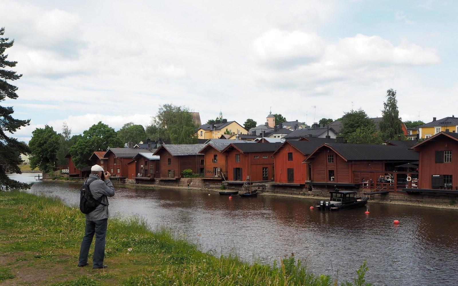 Turisti Porvoonjoenrannalla