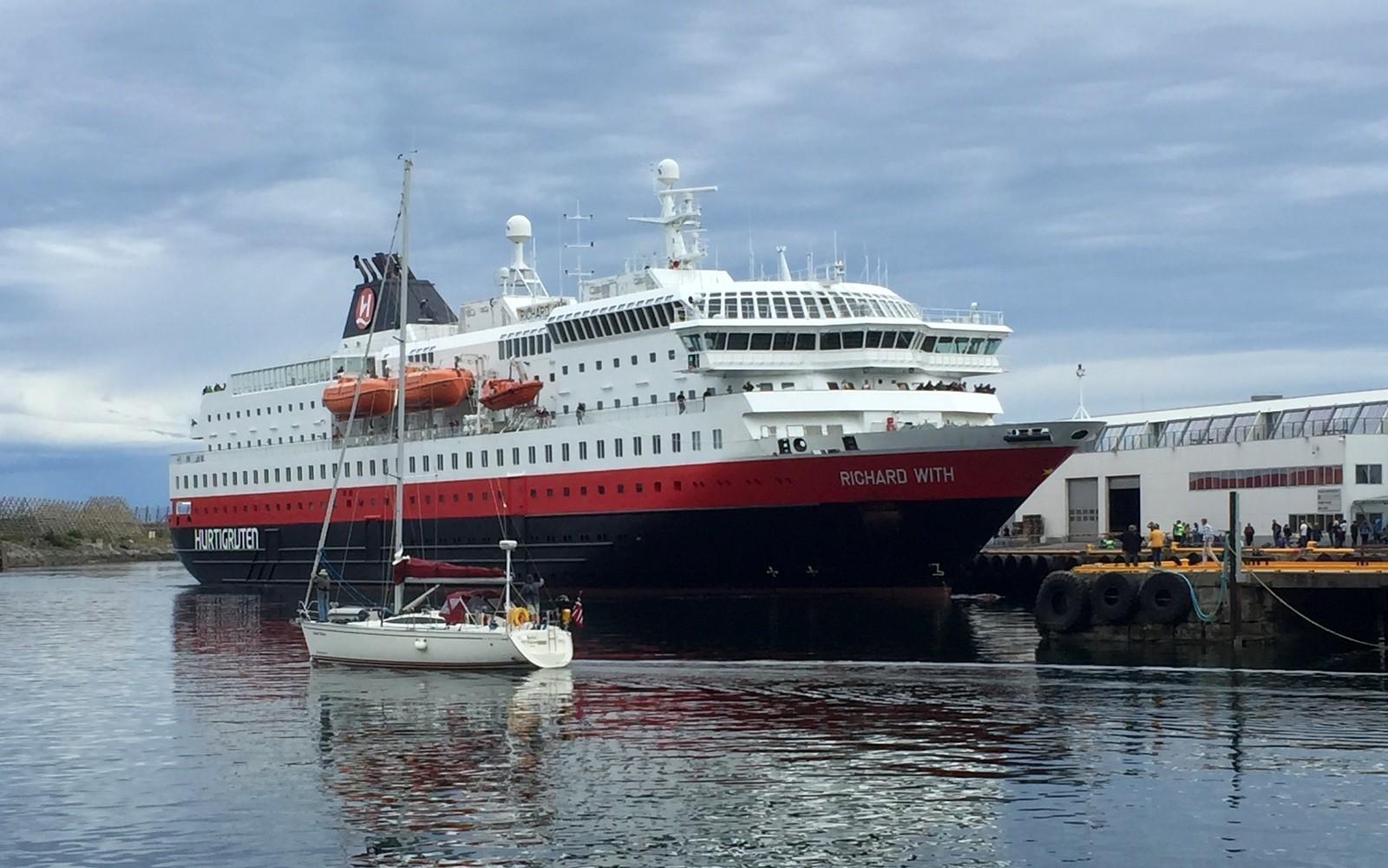 Hurtigruten alus Svolvaerissa