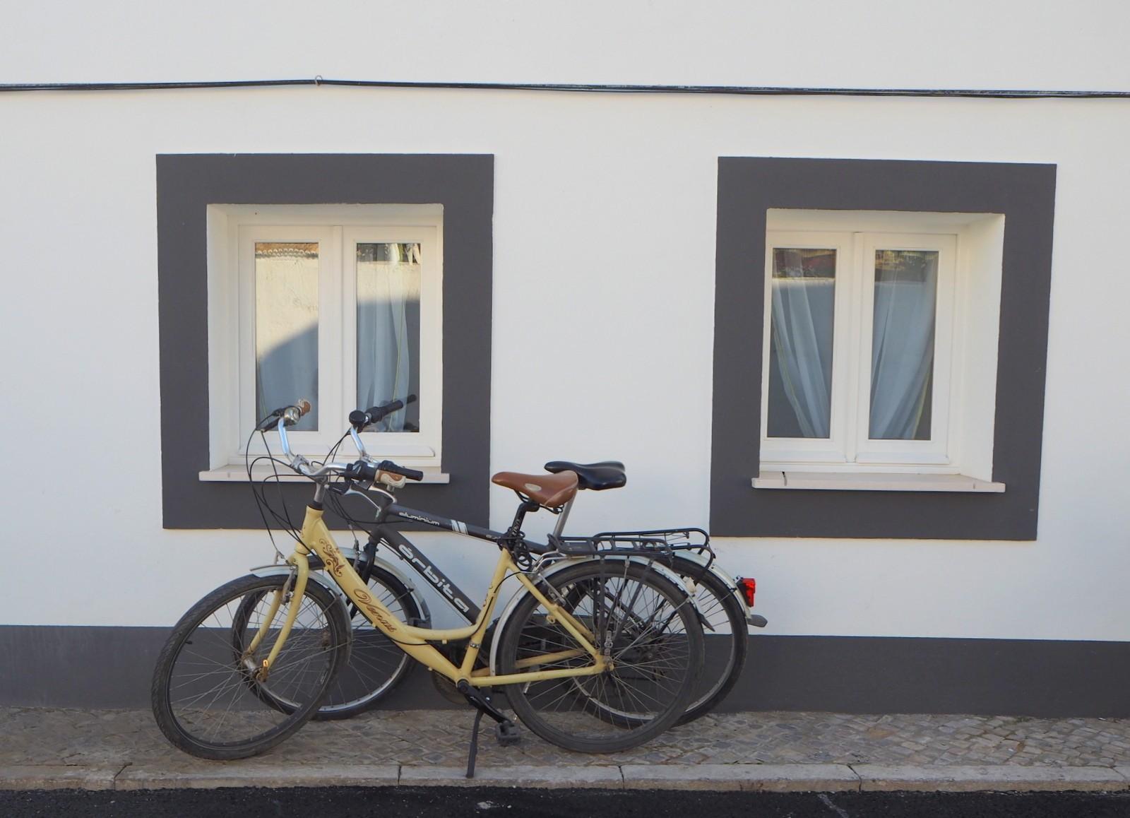 Pyörät kotimme seinustalla Tavirassa