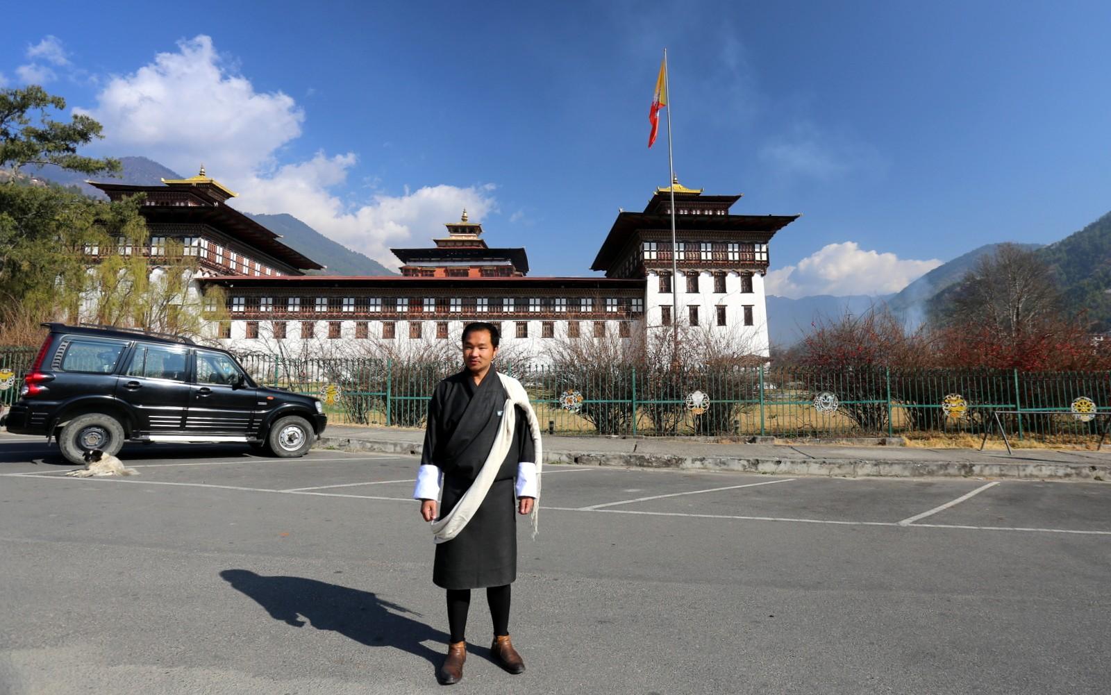 Paikallisoppaamme Thimphun dzongin edessä