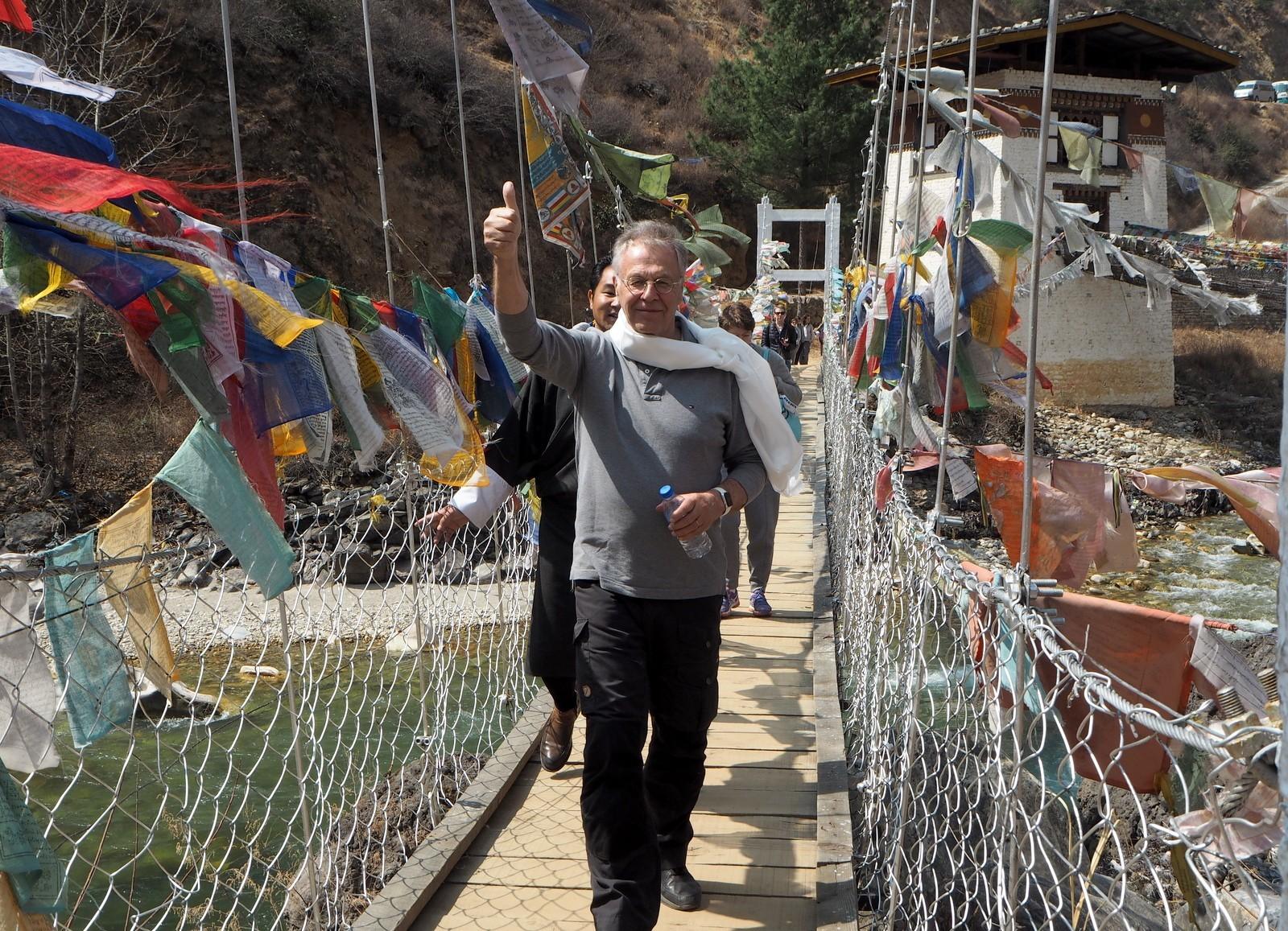 Turisti Bhutanin vanhimmalla sillalla