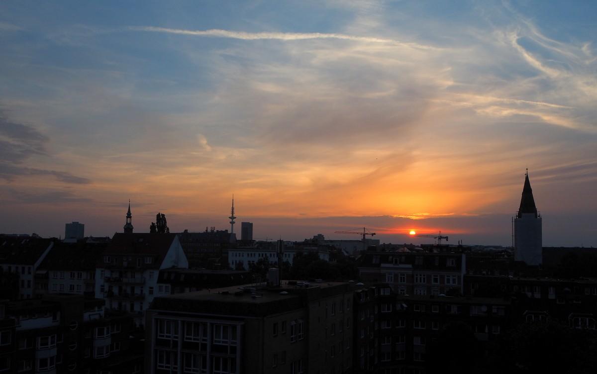 Auringonlasku hotellimme kattoterassilta kuvattuna