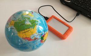 Maapallo ja USB-levy Arkikuvia