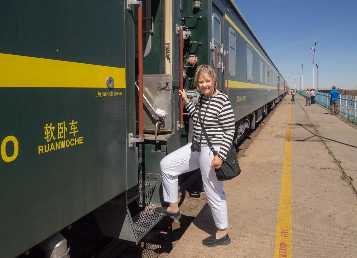 K23-juna laiturikauppaa Dzamynudessa