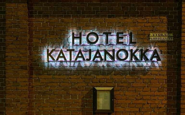 Öinen paluu hotellille