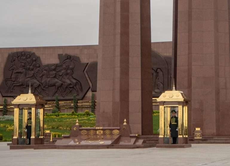 Maanjäristyksenn muistomerkki Ashgabat
