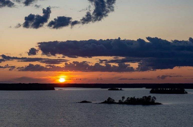 Auringonlasku saaristo