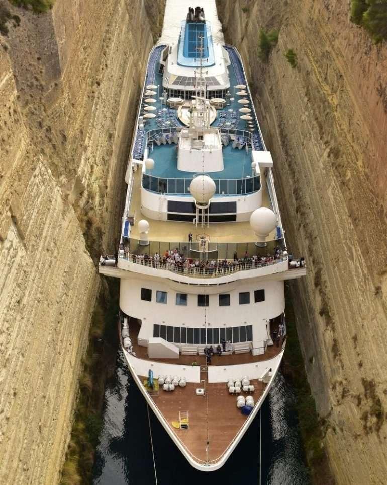 Risteilylaiva Korintin kanavassa
