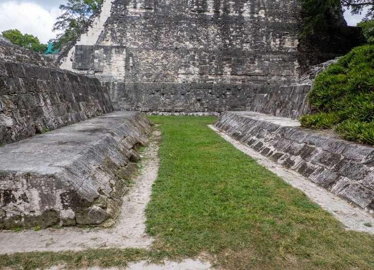 Pallokenttä Guatemala Tikalin mayaraunioilla