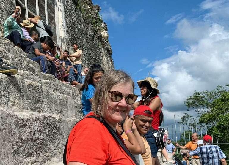 Temppeli IV Tikalin mayaraunioilla