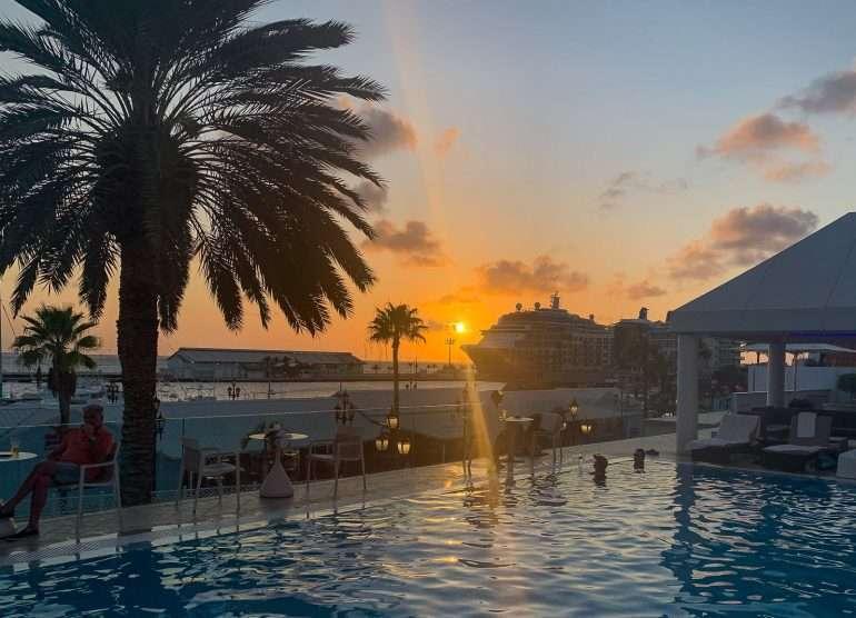 Auringonlasku hotellilla