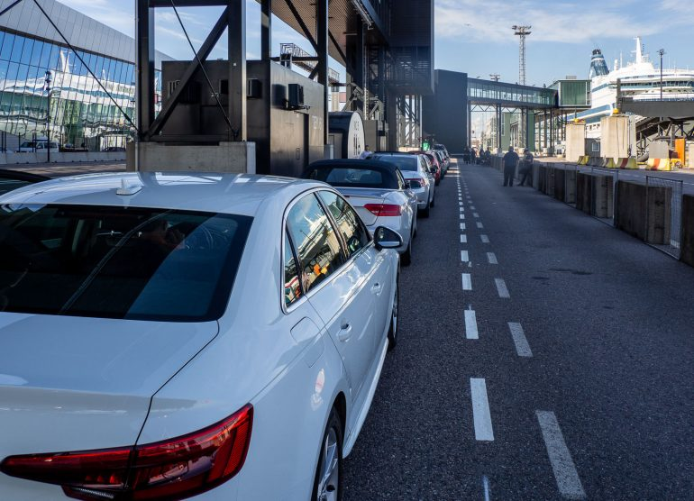 Autojonossa Helsingissä Päivä Maarianhaminassa risteily