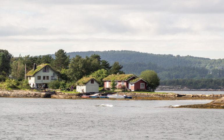 Ruohokattoisia taloja Norja