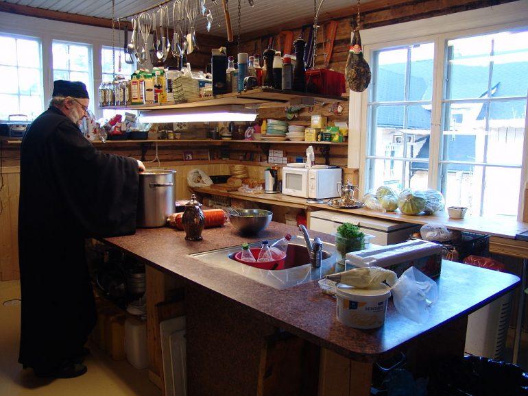 Borssikeiton valmistusta luostarin keittiössä