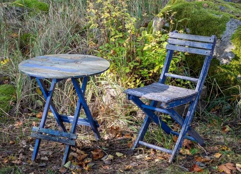 Sininen tuoli ja pöytä